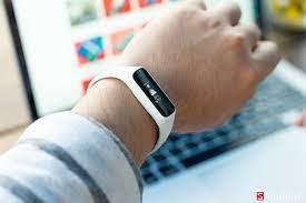 Đồng hồ thông minh giá rẻ Samsung Galaxy Fit E, Fit lên kệ CellphoneS, giá  chỉ từ 990,000đ