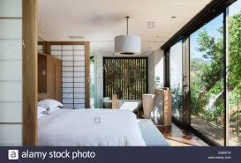 Sonnige Moderne Schlafzimmer Mit Bad En Suite Stockfoto Bild