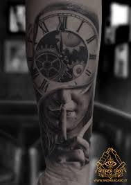 Tatuaggi A Pomezia La Donna Orologio Andrea Caso Tattooing