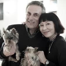 amy tan academy of achievement 2008 amy tan and her husband lou demattei their dogs in sausalito