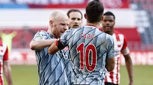 Hitziges Remis zwischen PSV Eindhoven und Ajax – Wurfgeschoss trifft Tadic