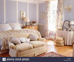 Kleine Creme Sofa Unter Bett Mit Vintage Daunendecke In Einem Mauve