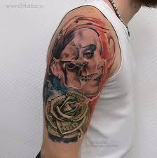 фото мужской цветной татуировки на плече в стиле чикано реализм