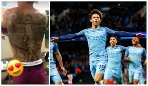 Vrchol Narcismu Fotbalista Má Na Zádech Tetování Sebe Samotného