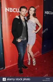 Les acteurs Gethin Anthony (L) et Emma Dumont assistent à la journée de  presse estivale 2015 du NBCUniversal qui s'est tenue à l'hôtel Langham  Huntington et au spa le 02 avril 2015