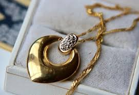 vintage gold heart shaped pendant set with a diamonds h si on an