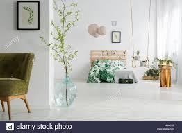 Grün Und Weiß Offenes Schlafzimmer Mit Bett Swing Und Sessel