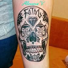 череп с цветами Blackwork тату на предплечье фото татуировок