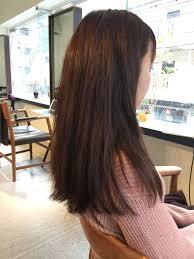 ロングヘアのワンレングスで重さがある髪を前上がりで段の入った動きの