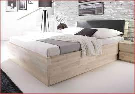 Wie Bett Im Schlafzimmer Stellen With Wandfarbe Braunes Plus Mit