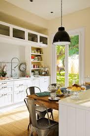 Cocina Con Paredes En Beige Y Mobiliario En Blanco Con Office. Cocina Nueva  Con Solo