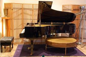 Impeccable Yamaha C7 concert grand piano For Sale at 1stdibs