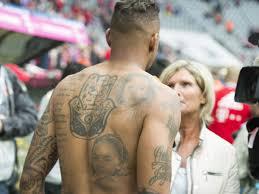 Leroy sané hat sich selbst auf den rücken tattoowieren lassen, ich glaube das ist absolut unschlagbar. Tattoo Sucht Voll Im Trend Bei Fussballern Geht Liebe Oft Unter Die Haut N Tv De