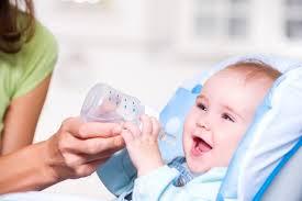 Chọn cốc tập uống nước cho con như thế nào? Lưu ý khi chọn bình – cốc tập uống  cho bé! MamiTalk