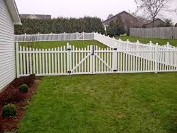 vinyl picket fence front yard. Awesome White Vinyl Fence Pickets With Lawn And Gate For Backyard Landscape Ideas Picket Front Yard