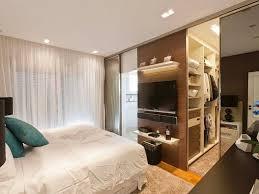 modelo de quarto com closet e banheiro foto