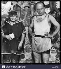 Benito Mussolini (1883 - 28 Aprile 1945) con sua moglie Donna Rachele  Mussolini (11 Aprile 1890 - 30 ottobre 1979), in spiaggia circa 1929 Foto  stock - Alamy