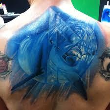 татуировка на спине у парня дельфин фото рисунки эскизы