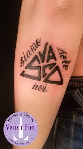 Tatuaggio Scritta Vasco Rossi Logo Triangolo Siamo Solo Noi Corsivo