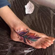 фото татуировки перо в стиле акварель татуировки на ноге