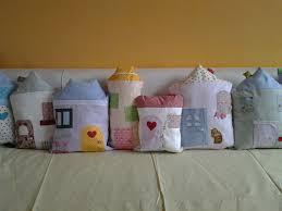 Paracolpi da lettino composto da una serie di cuscini a forma di