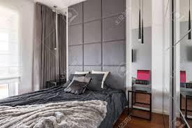Schickes Schlafzimmer Mit Doppelbett Spiegel Und Fenstervorhängen
