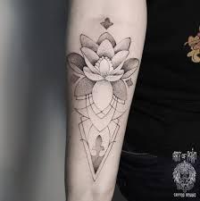 татуировка мужская графика на предплечье лотос Art Of Pain