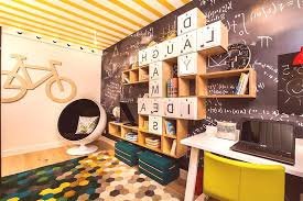 Спечелете допълнително място в малката детска стая, като приобщите балкона към нея. Stilen Dizajn Na Detska Staya Za Momche Ot Razlichna Vzrast Snimka Idei