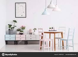 Einfache Esszimmer Interieur Mit Einem Tisch Stühle Lampen