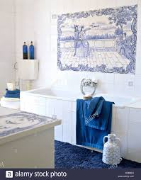 Blau Weiß Gefliest Dekorplatte über Bad Mit Weißen Fliesen