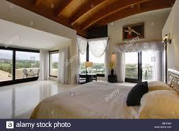 Weißen Voile Vorhänge über Große Fenster Und Glastüren In Modernen