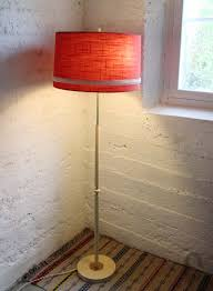 Vintage Zweedse Vloerlamp Crème Geschilderde Houten Voet Met Messing Details En Originele Rode Stoffen Kap