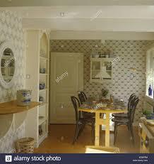 Holztisch Und Bugholz Stühle Landhaus Esszimmer Mit Tapeten