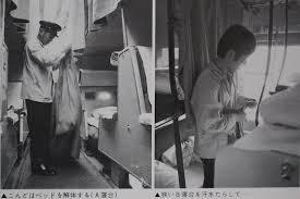 青い腕章を付けた国鉄の寝台列車乗務員車掌補乗務掛 鉄道列車