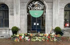 Toon Mentink overleden: bloemenzee bij Lucas Drinkwinkel in Schiedam