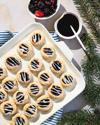 Classic cookie recipes like these will instantly evoke warm christmas memories. Easy Christmas Desserts For A Crowd A Couple Cooks