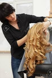 Coiffeur Faire Coiffure Pour Jeune Femme Aux Cheveux Bouclés Blonds Dans Le Salon