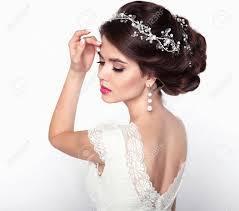Coiffure De Mariage Fille Modèle Belle Mariée De Mode Portrait Maquillage Bijoux De Luxe Attrayante Jeune Femme Avec Le Brun Style De Cheveux