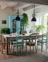 using diffe styles to make the whole look mismatched dining