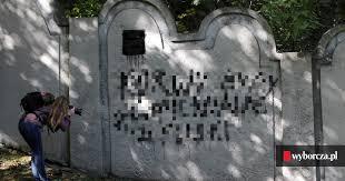 Nieznani sprawcy zdewastowali fragment muru krakowskiego getta. 'Czegoś  takiego nie było w Krakowie od lat'