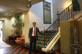 mikel solano en el interior del palacio urgoiti