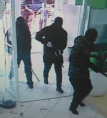 Criminosos fortemente armados assaltam bancos em Criciúma, fazem reféns e  espalham o terror; VÍDEOS