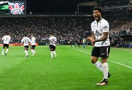 Kazim marca de peito e Corinthians vence o Avaí