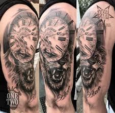 лев с часами на плече татуировка в реализме сделать тату у мастера