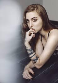 девушка с татуировкой вороны
