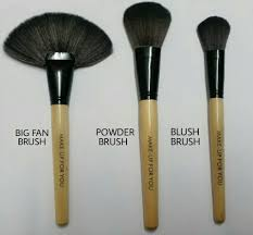big fan brush this brush has so many uses but sadly its the most neglected one the first thing for which i use this is to dust pigment or any fall out
