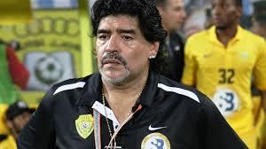 Son dakika olarak duyurdular Arjantin'in seçkin gazetelerinden Clarin:  Efsanevi futbolcu Maradona hayatını kaybetti Maradona kimdir? - Tv100 Spor