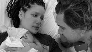 Sängerin Halsey bringt Sohn zur Welt ...