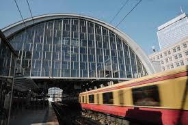 Bahnhof am Alexanderplatz mit einfahrender S-Bahn, Berlin, Deutschland -  AHSF01140 - Hernandez and Sorokina/Westend61