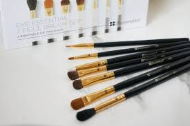this set es with your basic eye brushes i didn t actually own a lot eye brushes so this is the set i probably needed the most although i did recently